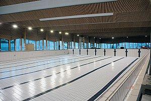 Le bassin sportif intérieur de 525 m² offre toute l'année jusqu'à 8 lignes d'eau et permet d'accueillir des compétitions régionales et nationales - © Tommaso Morello