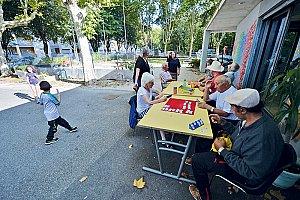 Café Biollay, lieu de rencontre intergénérationnel sur le quartier du Biollay. © Gilles Garofolin