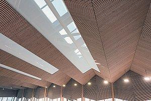 A l'intérieur, le bois prédomine, habillant la structure et les espaces les plus importants, il apporte une ambiance chaleureuse, tout en respectant les notions de durabilité - © Didier Gourbin